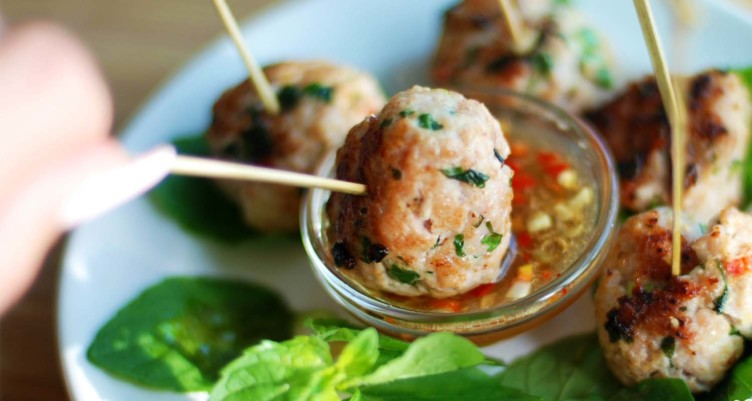 Spicy Asian Meatballs With Thai Vinaigrette Dipping Sauce
